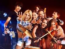 Musikband som spelar musikinstrumentet. Royaltyfri Foto