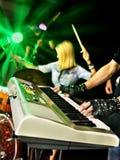 Musikband som spelar musikinstrumentet Fotografering för Bildbyråer