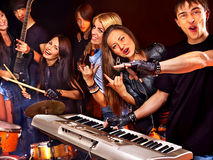 Musikband som spelar musikinstrumentet Royaltyfria Foton