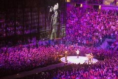 Musikband U2 som spelar i konsert i Milan Arkivbild