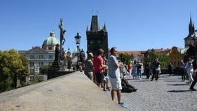 Musikband von Czechia-Leuten, die Musik für Show auf Charles Bridge in Prag spielen stock video footage