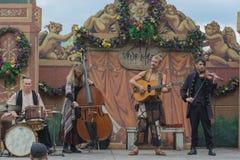 Musikbanddeltagare med den medeltida dräkten Royaltyfria Bilder
