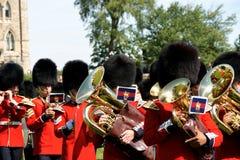 Musikbandet av den kanadensiska grenadjären Guards ståtar på i Ottawa Royaltyfri Foto