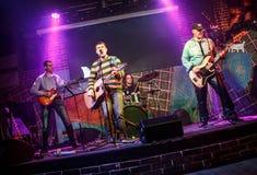 Musikbandet utför på etapp Royaltyfri Fotografi
