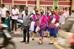 Musikbandförlage på gatorna av Indien arkivbilder