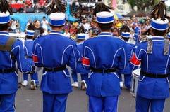 Musikbandmusiker bildar på gatan under den årliga mässingsmusikbandutställningen royaltyfri fotografi