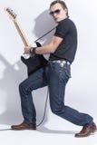 Musikbegrepp Stilig manlig gitarrist Posing With Guitar mot vit royaltyfria foton