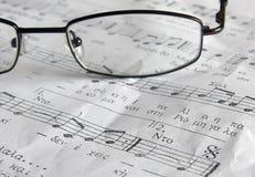 Musikblatt und die Gläser Stockbild
