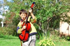 Musikdeltagare som leker gitarren royaltyfri bild