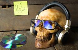 Musikdiscjockeyn är död Spöken lyssnar till musikheadphonen royaltyfria foton