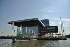 Musiken Hall (Muziekgebouw) i mitten av Amsterdam royaltyfria bilder