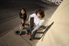 Musiker auf Bürgersteig und Frau Lizenzfreies Stockfoto
