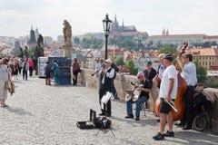 Musiker auf Charles-Brücke in Prag Lizenzfreie Stockfotos