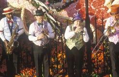 Musiker auf Floss in Rose Bowl Parade, Pasadena, Kalifornien Stockbild