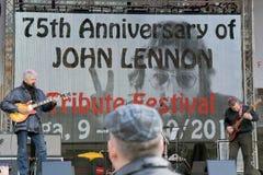Musiker auf 75. Jahrestag von John Lennon-Festival in Riga Lizenzfreies Stockfoto