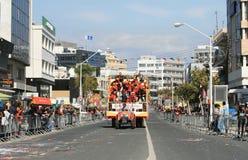 Musiker in den Karnevalskostümen, die entlang eine Straße in einem Floss sich bewegen stockfoto