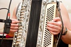 Musiker, der Akkordeon spielt Stockbilder