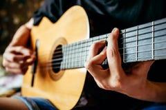 Musiker, der Akustikgitarre spielt Lizenzfreies Stockfoto