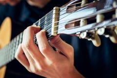 Musiker, der Akustikgitarre spielt Lizenzfreie Stockbilder