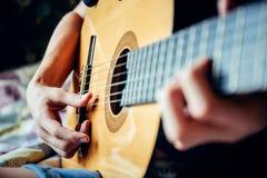 Musiker, der Akustikgitarre spielt Lizenzfreies Stockbild