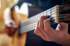 Musiker, der Akustikgitarre spielt Stockbilder
