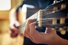 Musiker, der Akustikgitarre spielt Stockfotografie