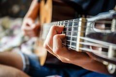 Musiker, der Akustikgitarre spielt Stockbild
