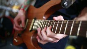 Musiker, der auf einer E-Gitarre probt stock video