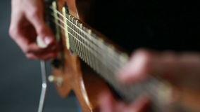 Musiker, der auf einer E-Gitarre probt stock video footage