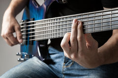 Musiker, der auf Sechsschnurbass-Gitarre spielt Stockfotos