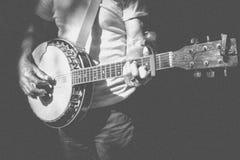 Musiker, der Banjo im Retro- Filterfoto spielt stockfoto