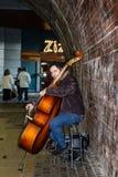 Musiker, der den Baß in der London-Stadt von Southwark, am Südufer der Themses nahe dem Kugel-Theater London spielt lizenzfreies stockbild