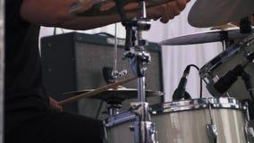 Musiker, der an den Trommeln auf Festival durchführt stock video