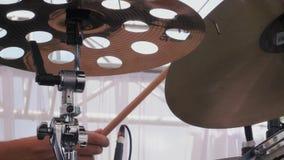 Musiker, der an den Trommeln auf Festival durchführt stock footage