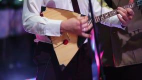Musiker, der die Balalaika spielt stock video footage