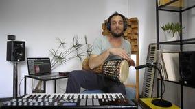 Musiker, der djembe Trommelinstrument im Hauptmusikstudio spielt stock footage