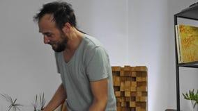 Musiker, der E-Gitarre im Hauptmusikstudio spielt stock video