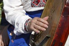 Musiker, der ein Weinleseinstrument bandura spielt Stockfotografie