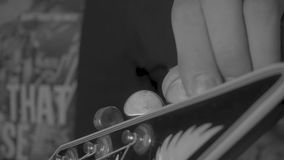 Musiker, der eine E-Gitarre tunning ist stock footage