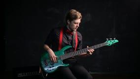 Musiker, der elektrische Bass-Gitarre spielt stock footage