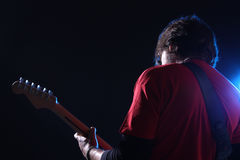 Musiker, der elektrische Gitarre spielt Lizenzfreies Stockbild