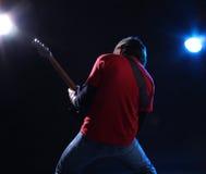 Musiker, der elektrische Gitarre spielt Lizenzfreies Stockfoto