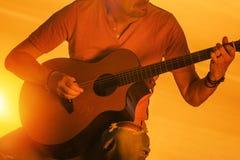 Musiker, der Gitarre spielt lizenzfreies stockbild