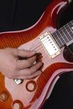 Musiker, der Gitarre spielt lizenzfreies stockfoto