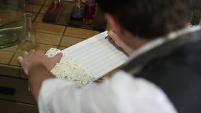 Musiker, der mit Bleistift auf Musikbuch mit handgeschriebenen Anmerkungen zeigt stock video