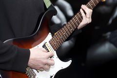 Musiker, der nahes hohes der Gitarre spielt Stockbild
