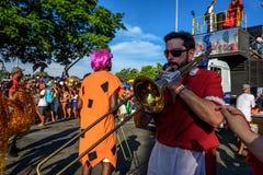 Musiker, der Posaunen auf dem Hintergrund der Plattform von Bloco Orquestra Voadora in Flamengo-Park, Carnaval 2017 spielt Stockbilder