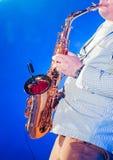 Musiker, der Saxophon auf Stadium spielt stockbild