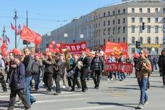 Musiker in der Spalte auf der festlichen Demonstration Lizenzfreies Stockfoto