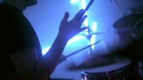 Musiker, der Trommeln und Becken am Konzert oder am Studio spielt stock video footage